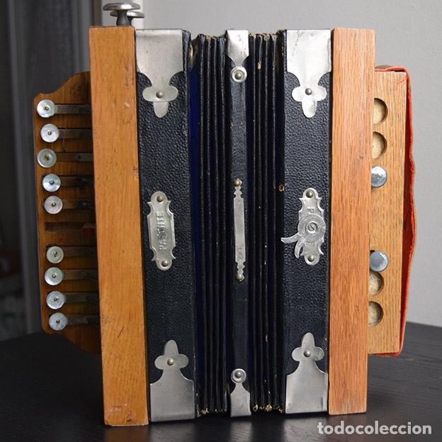 Instrumentos musicales: Acordeón diatónico finales siglo XIX, en su estuche de madera - Foto 2 - 132341238