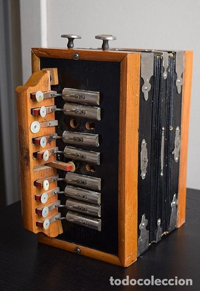 Instrumentos musicales: Acordeón diatónico finales siglo XIX, en su estuche de madera - Foto 3 - 132341238