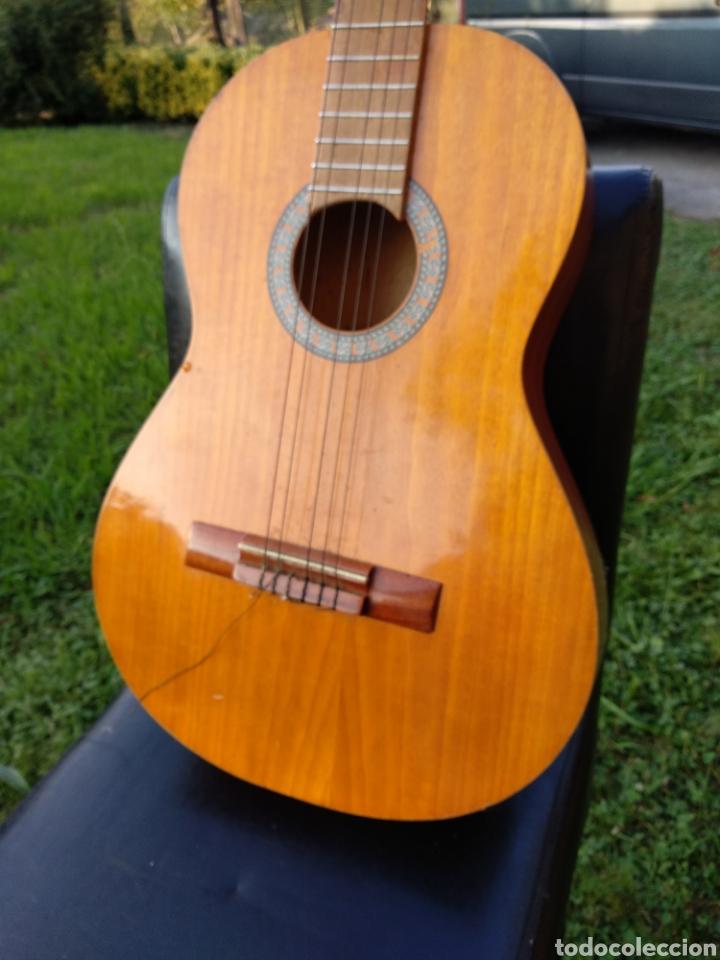 Instrumentos musicales: Guitarra con funda - Foto 2 - 134134873