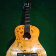 Instrumentos musicales: RARA GUITARRA JUNIOR FIRMADA POR LOS DOS LADOS. Lote 134399005