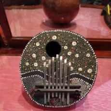 Instruments Musicaux: INSTRUMENTO ARTESANAL HECHO CON CALABAZA Y MADERA, DISTINTAS NOTAS MUSICALES, 16X17X7.5CM. Lote 137400458