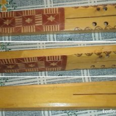 Instrumentos musicales: ARTESANÍA FLAUTA DE BULGARIA EN MADERA LABRADA DE 2 TUBOS MIDE 24 CM DE LARGA. Lote 138616254