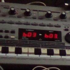Instrumentos musicales: CAJA DE RITMOS ROLAND MC303 GROOVEBOX CON MANUAL. Lote 139009898