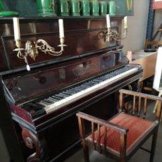 Instrumentos musicales: ANTIGUO PIANO VERTICAL MARCA ELCKE, SIGLO XIX, CON CANDELABROS. Lote 139427057