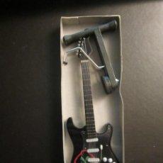 Instrumentos musicales: GUITARRA KISS 23 CM DE LARGO CON SOPORTE. NUEVA. Lote 139596762