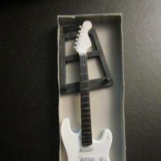 Instrumentos musicales: GUITARRA U2 III 23 CM DE LARGO CON SOPORTE. NUEVA. Lote 139596834