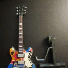 Instrumentos musicales: GUITARRA THE WHO 23 CM DE LARGO CON SOPORTE. NUEVA. Lote 139596866