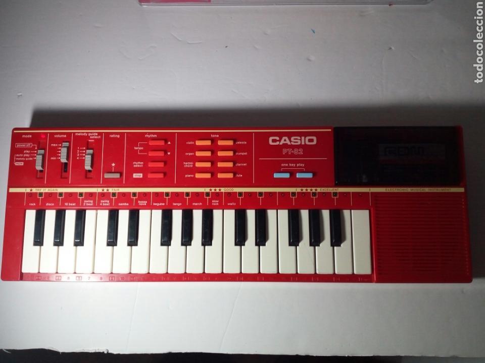 ANTIGUO TECLADO CASIO PT-82. ROJO. ENCIENDE PERO NO SUENA (Música - Instrumentos Musicales - Teclados Eléctricos y Digitales)