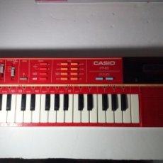 Instrumentos musicales: ANTIGUO TECLADO CASIO PT-82. ROJO. ENCIENDE PERO NO SUENA. Lote 213823760