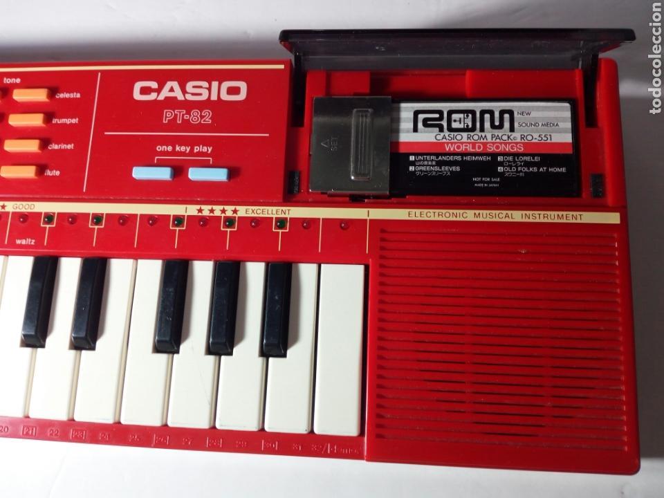 Instrumentos musicales: ANTIGUO TECLADO CASIO PT-82. ROJO. ENCIENDE PERO NO SUENA - Foto 2 - 213823760