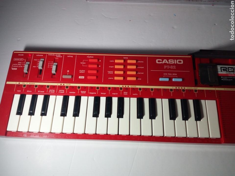 Instrumentos musicales: ANTIGUO TECLADO CASIO PT-82. ROJO. ENCIENDE PERO NO SUENA - Foto 6 - 213823760