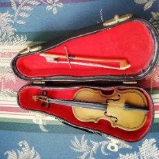 Instrumentos musicales: VIOLIN DE MADERA CON ESTUCHE (MINIATURA DECORATIVA). Lote 140400958