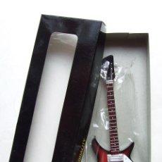 Instrumentos musicales: BEATLES GUITARRA RICKENBACKER MINIATURA NUEVA EN SU CAJA ORIGINAL. Lote 140587366