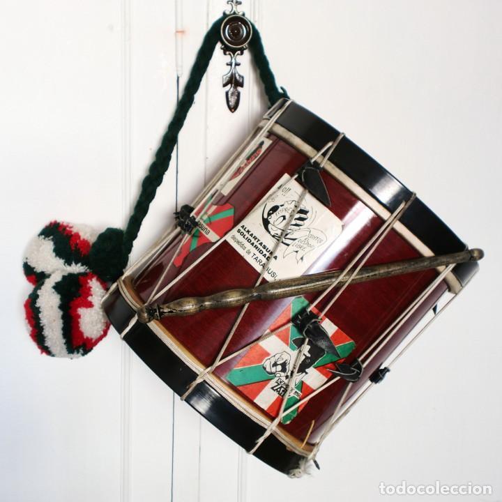 TAMBORIL VASCO (1 PARCHE ROTO) DE TXISTULARI, CON FUNDA - CON PEGATINAS POLÍTICAS DE LOS AÑOS 70/80 (Música - Instrumentos Musicales - Percusión)