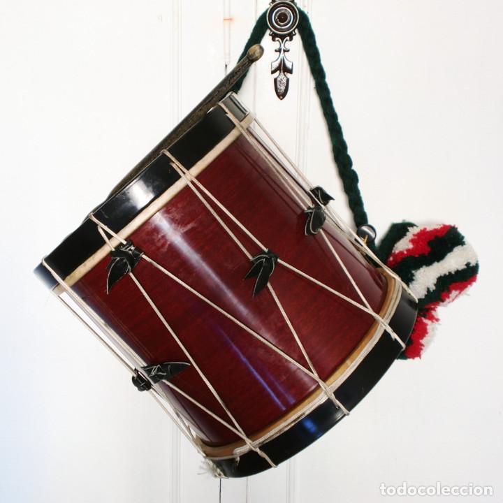 Instrumentos musicales: TAMBORIL VASCO (1 Parche roto) de txistulari, con funda - con pegatinas políticas de los años 70/80 - Foto 2 - 144327138