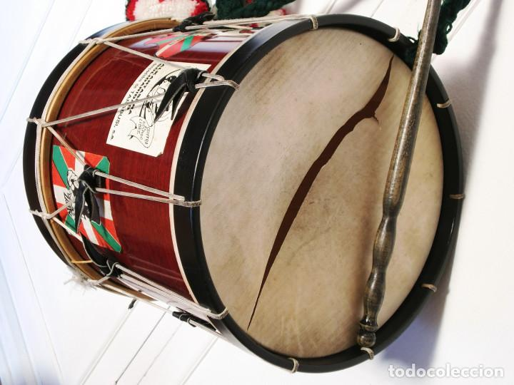 Instrumentos musicales: TAMBORIL VASCO (1 Parche roto) de txistulari, con funda - con pegatinas políticas de los años 70/80 - Foto 3 - 144327138