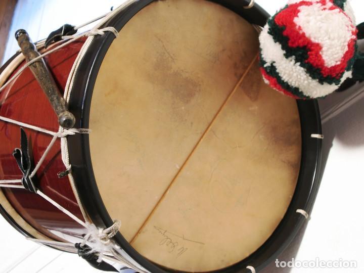 Instrumentos musicales: TAMBORIL VASCO (1 Parche roto) de txistulari, con funda - con pegatinas políticas de los años 70/80 - Foto 4 - 144327138