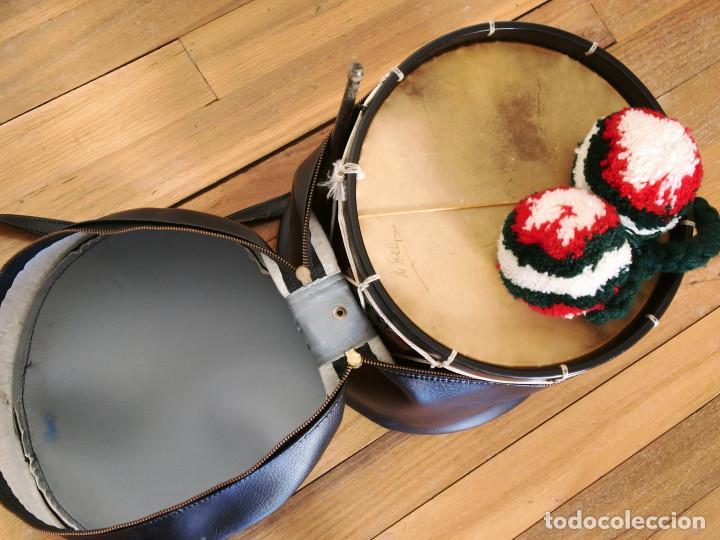 Instrumentos musicales: TAMBORIL VASCO (1 Parche roto) de txistulari, con funda - con pegatinas políticas de los años 70/80 - Foto 5 - 144327138
