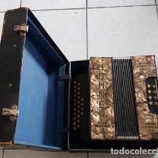 Instrumentos musicales: ACORDEÓN ANTIGUO. AÑOS 30-40. FUNCIONANDO. MALETÍN ORIGINAL.. Lote 144954666