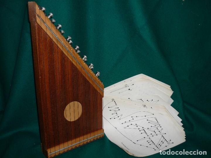 CÍTARA CON 48 PARTITURAS. MEDIDAS 42X20CM. (Música - Instrumentos Musicales - Cuerda Antiguos)
