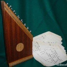 Instrumentos musicales: CÍTARA CON 48 PARTITURAS. MEDIDAS 42X20CM.. Lote 147043174