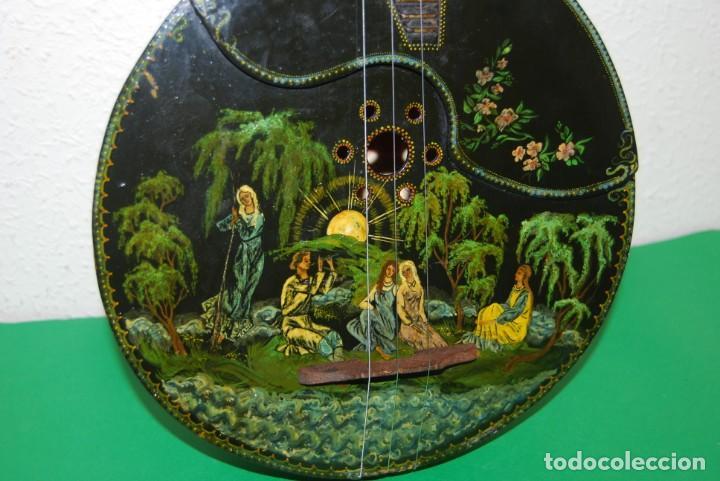 Instrumentos musicales: MANDOLINA DE TRES CUERDAS - PINTADA A MANO - ESCENA HIPPIE - AÑOS 60 - Foto 4 - 150838506