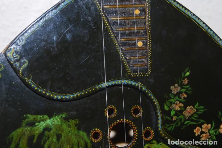 Instrumentos musicales: MANDOLINA DE TRES CUERDAS - PINTADA A MANO - ESCENA HIPPIE - AÑOS 60 - Foto 5 - 150838506