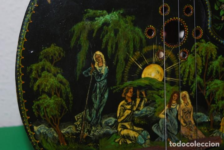 Instrumentos musicales: MANDOLINA DE TRES CUERDAS - PINTADA A MANO - ESCENA HIPPIE - AÑOS 60 - Foto 6 - 150838506