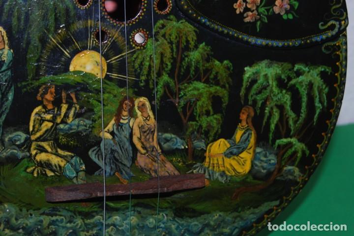 Instrumentos musicales: MANDOLINA DE TRES CUERDAS - PINTADA A MANO - ESCENA HIPPIE - AÑOS 60 - Foto 7 - 150838506
