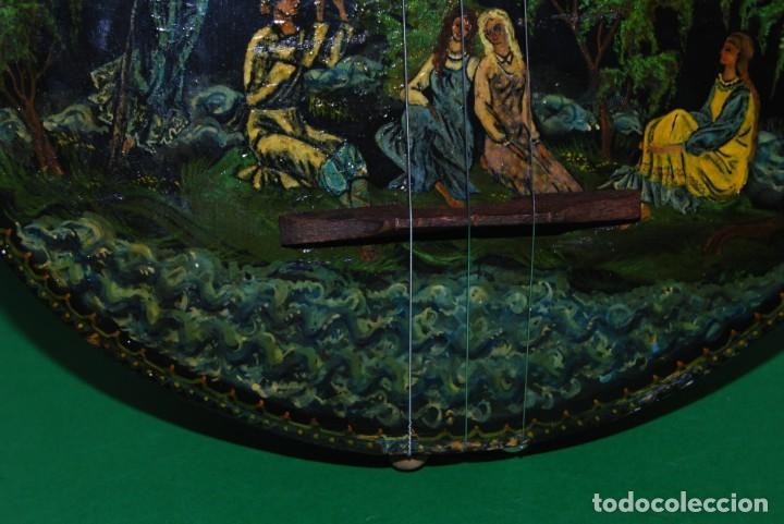Instrumentos musicales: MANDOLINA DE TRES CUERDAS - PINTADA A MANO - ESCENA HIPPIE - AÑOS 60 - Foto 8 - 150838506