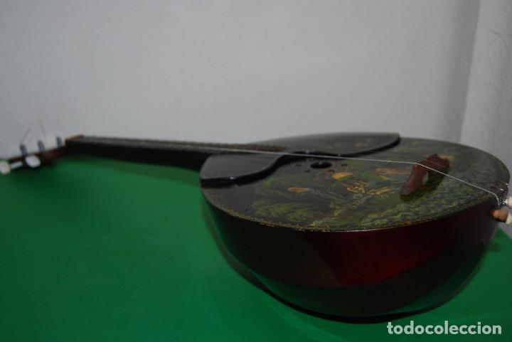 Instrumentos musicales: MANDOLINA DE TRES CUERDAS - PINTADA A MANO - ESCENA HIPPIE - AÑOS 60 - Foto 11 - 150838506