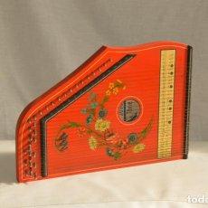 Instrumentos musicales: CÍTARA ORIGINAL DE ALEMANIA DEL ESTE MARCA JUBEL DE 35 CM DE LARGO POR 21 CM DE ANCHO Y 4 DE GROSOR. Lote 150948234