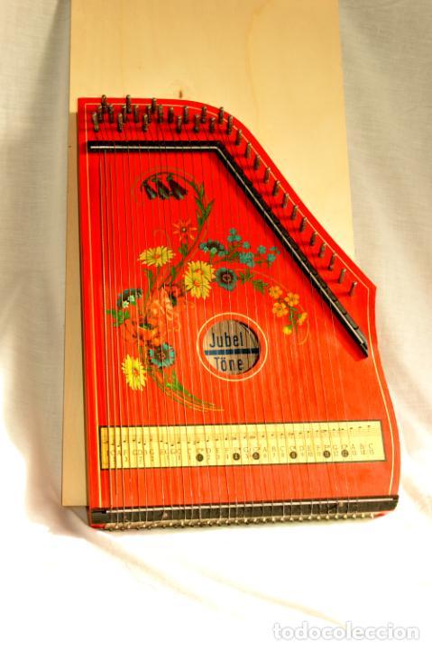 Instrumentos musicales: CÍTARA ORIGINAL DE ALEMANIA DEL ESTE MARCA JUBEL DE 35 CM DE LARGO POR 21 CM DE ANCHO Y 4 DE GROSOR - Foto 2 - 150948234