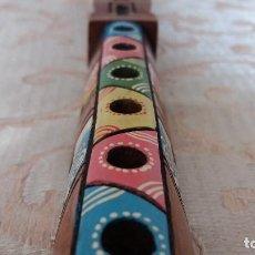Instrumentos musicales: FLAUTA DE MADERA TALLADA Y PINTADA A MANO, ESTILO INDIO AMERICANO. Lote 154476414