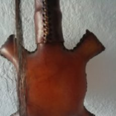Instrumentos musicales: SONAJERO INDÍGENA INSTRUMENTO MUSICAL RARO PIEL PLUMAS PELOS ESTILO AFRICANO TORTUGA ARTESANAL. Lote 154611894