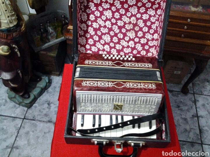 Instrumentos musicales: Acordeón antiguo marca Razno Manbiw. - Foto 2 - 159051790