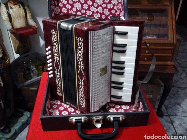 Instrumentos musicales: Acordeón antiguo marca Razno Manbiw. - Foto 3 - 159051790