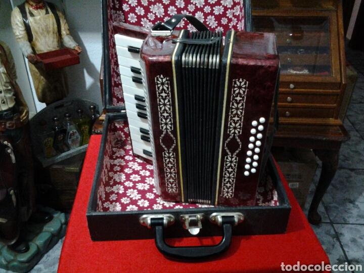 Instrumentos musicales: Acordeón antiguo marca Razno Manbiw. - Foto 4 - 159051790