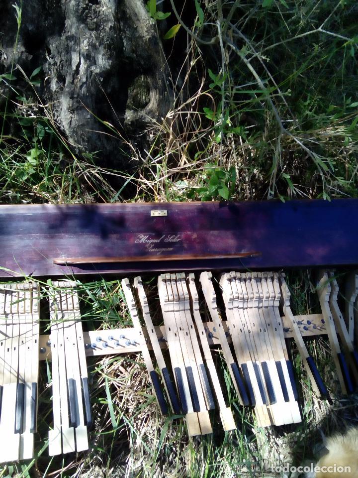 Instrumentos musicales: Antiguo teclado de piano, Miguel Soler, ( Zaragoza), teclas de Marfil y ebano, - Foto 4 - 163803186