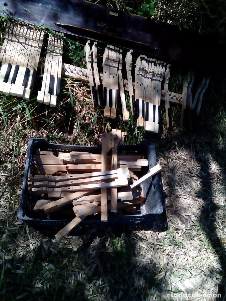 Instrumentos musicales: Antiguo teclado de piano, Miguel Soler, ( Zaragoza), teclas de Marfil y ebano, - Foto 5 - 163803186