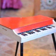 Instrumentos musicales: PIANO DE COLA DE JUGUETE - FUNCIONA - MADERA Y PATAS DE HIERRO - COLOR ROJO Y BLANCO. Lote 165648862