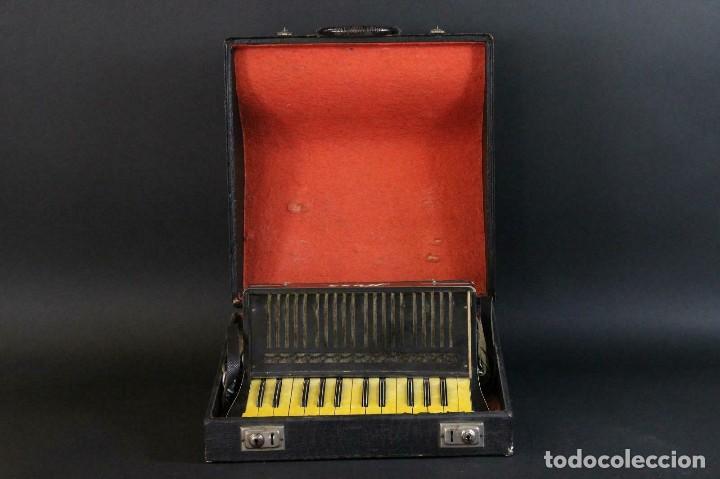 Instrumentos musicales: ANTIGUA ACORDEON HESS DE KLINGENTHAL año 1930- CON MALETA- lote 117 - Foto 12 - 169771388