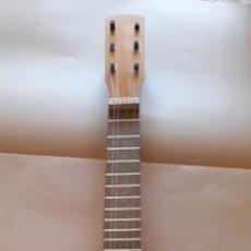 Instrumentos musicales: GUITARRA ESPAÑOLA INFANTIL MADERA 22 X 63,5 X 7,5 - 4 CUERDAS LE FALTAN 2. Lote 172516598