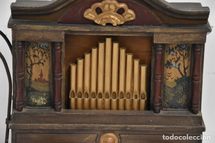 Instrumentos musicales: ANTIGUO, ORGANO manivela o manubrio SIGLO XIX 48x46x30 cm pieza de museo con dos cintas 1970 EUROS - Foto 2 - 172720255