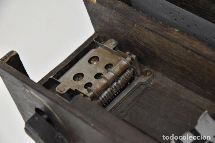 Instrumentos musicales: ANTIGUO, ORGANO manivela o manubrio SIGLO XIX 48x46x30 cm pieza de museo con dos cintas 1970 EUROS - Foto 7 - 172720255