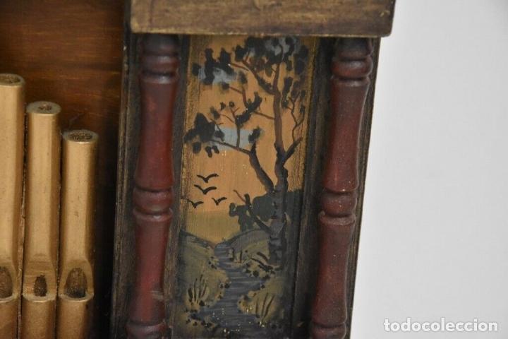 Instrumentos musicales: ANTIGUO, ORGANO manivela o manubrio SIGLO XIX 48x46x30 cm pieza de museo con dos cintas 1970 EUROS - Foto 10 - 172720255