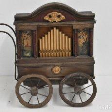 Instrumentos musicales: ANTIGUO, ORGANILLO ORGANO DE MANIVELA O MANUBRIO SIGLO XIX 48X46X30 CM PIEZA DE MUSEO CON DOS CINTAS. Lote 172720255