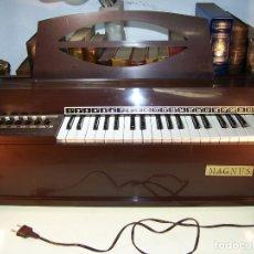 Instrumentos musicales: BONITO ÓRGANO ELÉCTRICO DE LA MARCA MAGNUS HARMÓNICA CORPORATION. FUNCIONANDO. . Lote 172926574