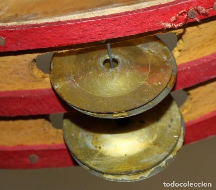 Instrumentos musicales: PANDERETA CON MOTIVOS TAURINOS PINTADOS SOBRE CABRITILLA DE APRIMADAMENTE 1920 - Foto 4 - 174367905