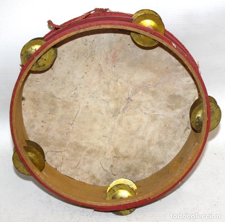 Instrumentos musicales: PANDERETA CON MOTIVOS TAURINOS PINTADOS SOBRE CABRITILLA DE APRIMADAMENTE 1920 - Foto 5 - 174367905